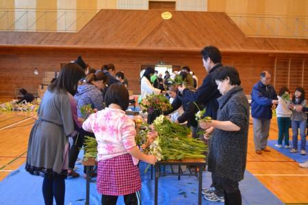 花束を作る児童や関係者